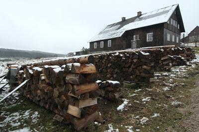 Bude na zimu dostatek dřeva? Chalupa na Jizerce.